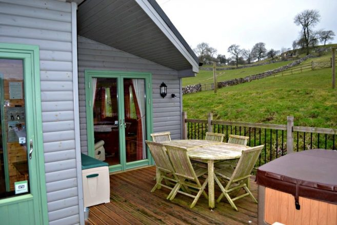 Outdoor Hot Tub in Daisybank Log Cabin